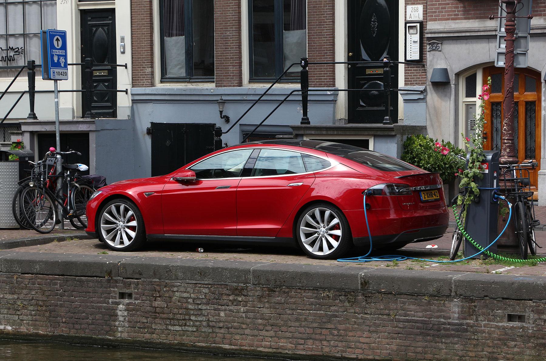Montag-News kompakt: Teslas Autopilot in Europa verkrüppelt, ARAL Studie zu Elektroautos, Amsterdam schmeisst ab 2020 Verbrenner raus, Stromer Design ist speziell - e-engine - Alles rund um E-Mobilität